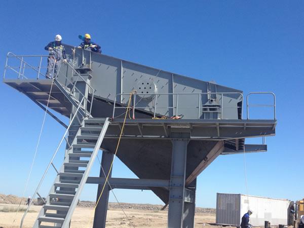 红星机器技术人员正在安置设备